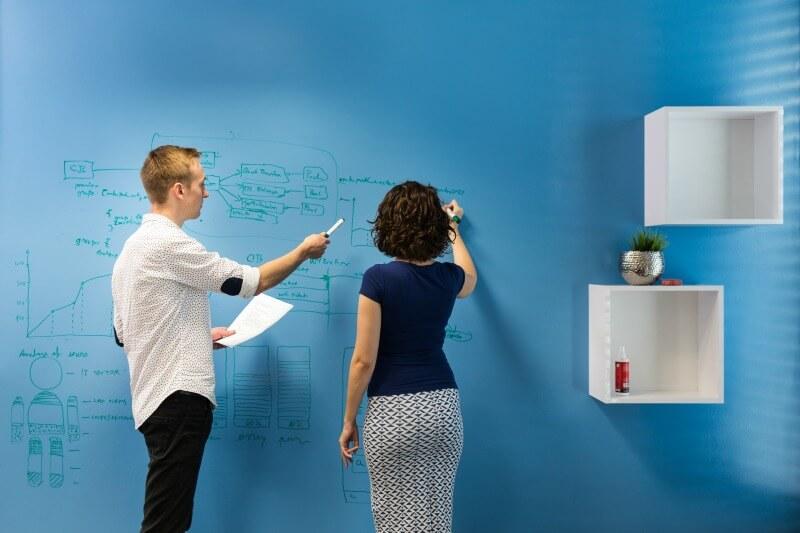 Blå whiteboardvägg
