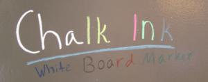 Chalk In -tusseja tummanharmaan päälle tehdyn tussitaulumaalin kanssa