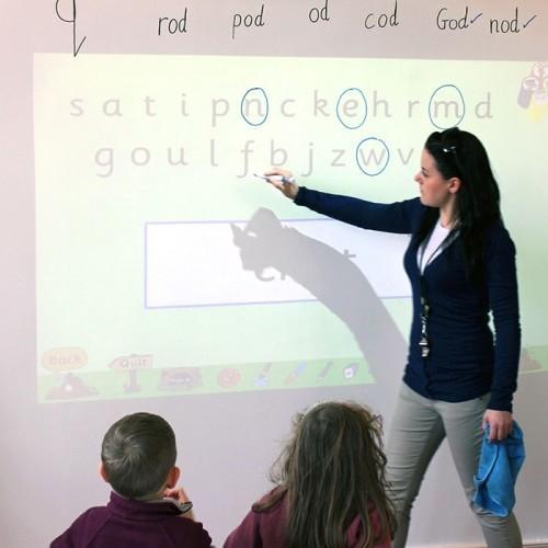 Matalakiiltoinen valkotaulutapetti luokkahuoneessa