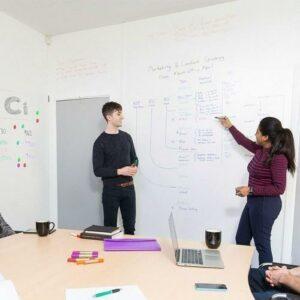 Vägg för whiteboardtapet med låg glans i konferensrum