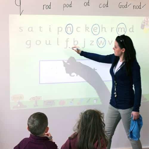 Opettaja käyttää tunnilla projektori-tussitaulutapettia