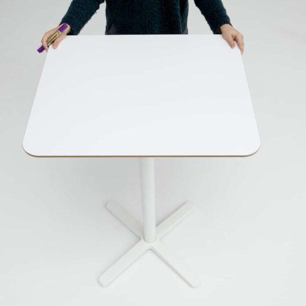 Valkotaulukalvo pöytä