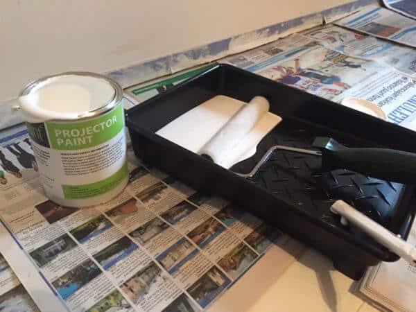 Målarfärgen bör blandas bra innan man börjar måla.