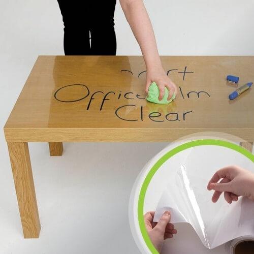 Itsekiinnittyvä valkotaulukalvo pöydässä