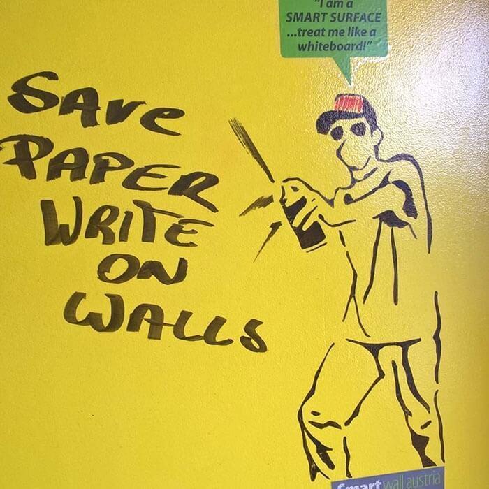 Läpinäkyvä tussitaulumaali ja keltainen seinä