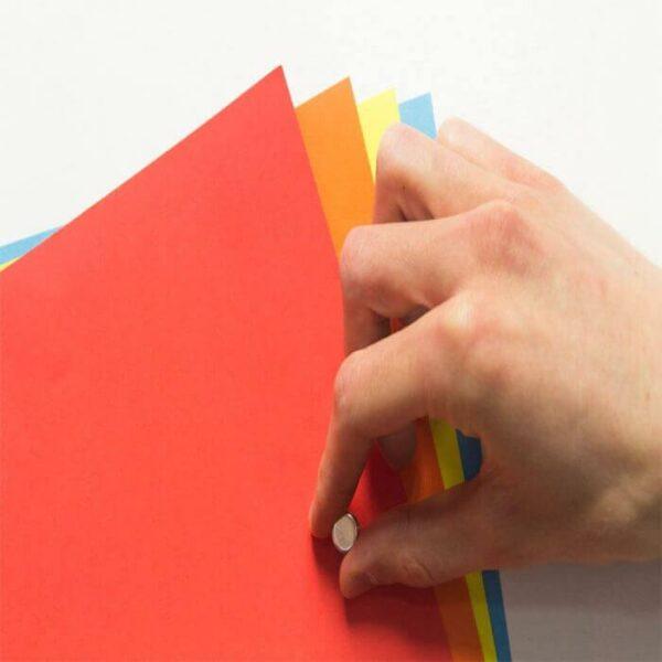 Magneettitapetti ja värikkäitä papereita