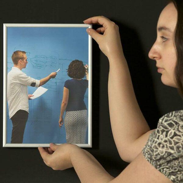 Vahva magneettinen maali ja kehystetty kuva
